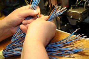 zaciskanie końcówek kablowych